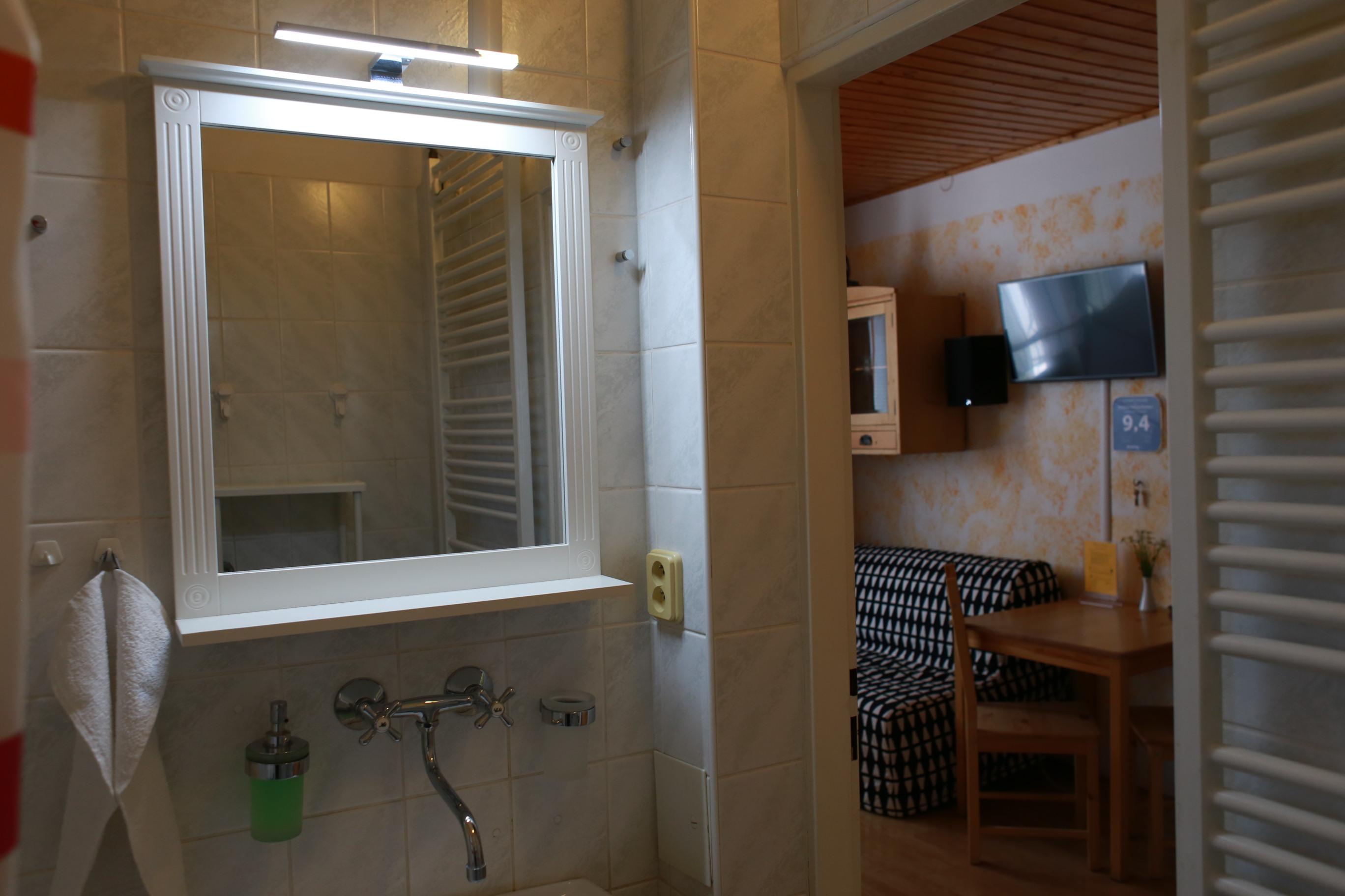 Koupelna s čistými ručníky a zásobníky na mýdlo