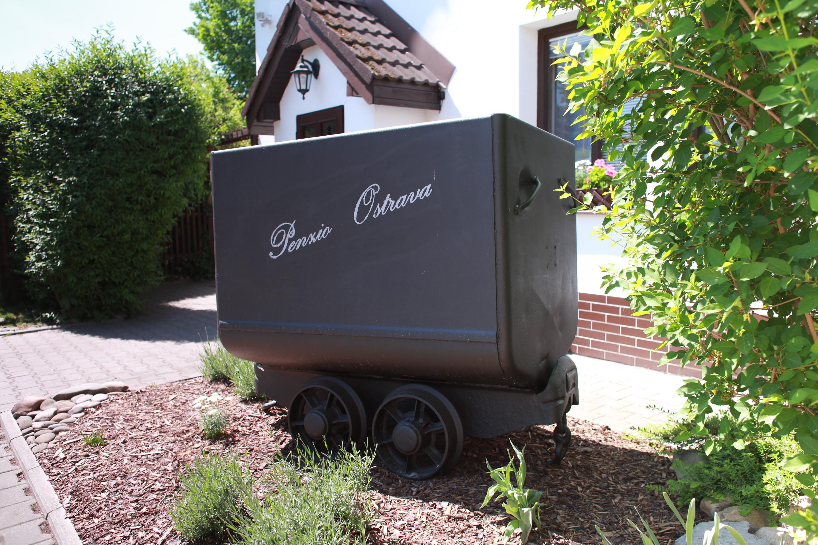 Důlní vozík s nákladem uhlí