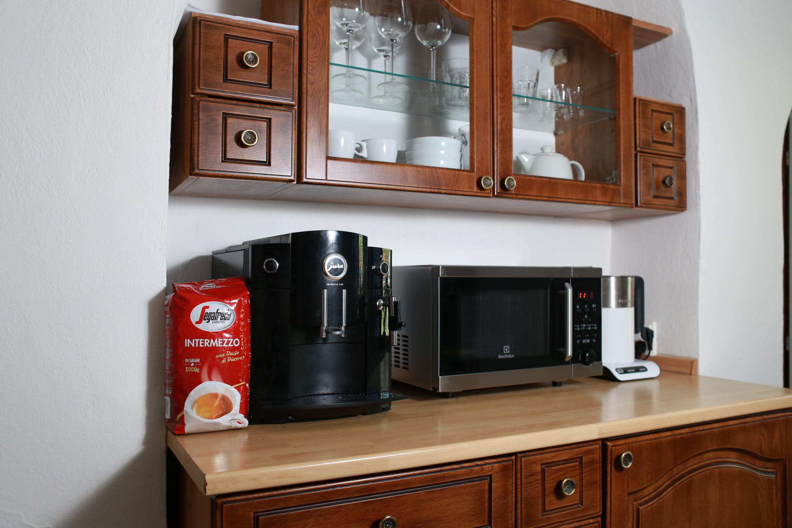 Vybavená kuchyň a kávovar Jura se zásobou kvalitní kávy