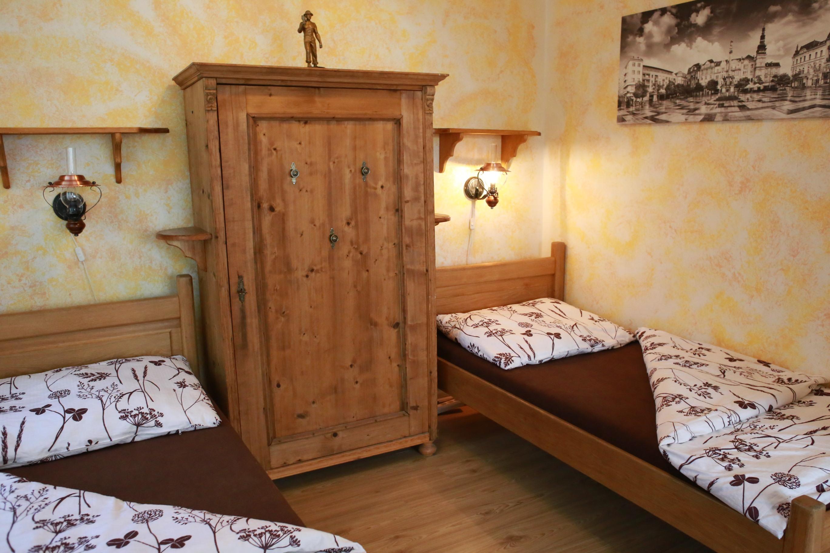 Masivní postele s rekvizitami Ostravy